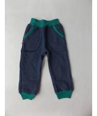 Plikos kelnės su žaliais akcentais